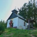 Kaple Nanebevzetí Panny Marie stojí přímo na sjezdovce