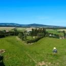 Výhled z rozhledny - vlevo Orlické hory, pak polské Bystřické hory a dál Kladská kotlina. Směrem na Králický Sněžník je výhled omezený.
