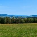 Výhled od Kašparovy chaty nemá chybu. Vlevo Králičák, v dáli Jeseníky, napravo Králíky a Hanušovická vrchovina