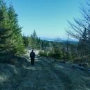 Sestup po zelené, konečně zmizel sníh a jdeme po překrásných loukách směr osada Plachta