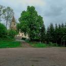 Auto jsme zaparkovali na poměrně rozlehlém parkovišti u zříceniny hradu ve Skuhrově nad Bělou. Nikde nikdo. Doufali jsme, že nám pod Božím dohledem přes víkend auto nikdo neodcizí. Ani neukradne :-)
