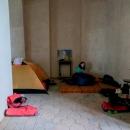 Nakonec jsme se utábořili v patře na kůru. Luděk s Šárkou si přinesli shora matračky, Víťa trval na úkrytu ve stanu, tak jsme jej vztyčili, aby byl klid.