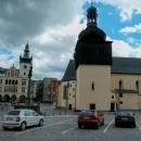 Na náměstí v Náchodě dominuje kostel sv. Vavřince s dřevěnou střechou a bání alá kostelíky z Podkarpatské Rusi. Přemýšleli jsme, zda se to sem hodí.