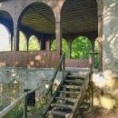Nad malebným údolím na zalesněném ostrohu se nacházejí zbytky hradu pravděpodobně z počátku 14. století. Hrad byl postupně opuštěn a vypleněn. Na konci 17. století byl kámen z hradu použit jako stavební materiál například pro Ratibořický zámek. Vedle hradu je postavený altán, z kterého je překrásný výhled do Babiččina údolí. Altán byl postaven v roce 1798.