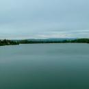 Pohled na Orlické hory přes vodní plochu nádrže Rozkoš