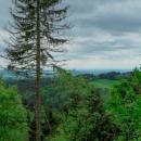 Výhled do Polabské nížiny, napravo cca uprostřed lze tušit špičku Kunetické hory.