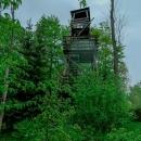 Dřevěná rozhledna stojí na místě někdejšího hradu Skuhrov. Má dvě patra a její výška činí 10 metrů. Výhled je vzhledem ke vzrostlým stromům vcelku omezený.