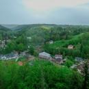 Na jednu stranu městečko v údolí