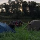 Noclehy se za tmy špatně hledají, ale našli jsme klidný plácek hned u řeky Moravy, poblíž tzv. Miňůvského mostu.