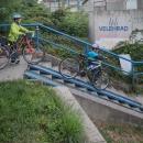 Nástrahy mimoúrovňové cyklostezky jsme všichni zvládli levou zadní...