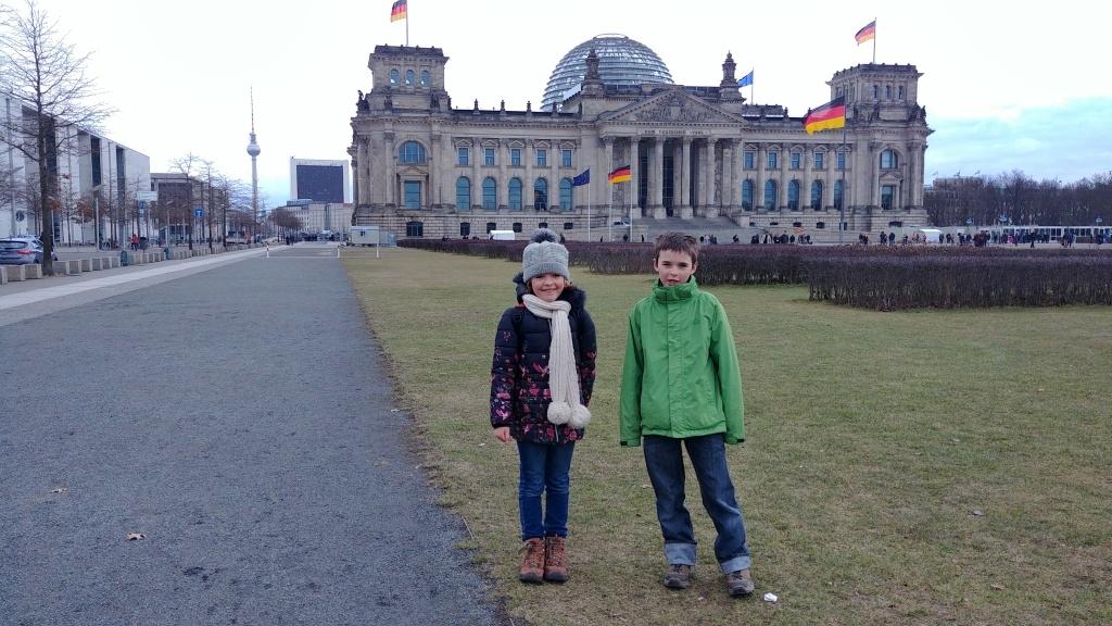 Budova Říšského sněmu alias Reichstag je historickou budovou, dnes sídlem německého spolkového sněmu. Přístupná je skleněná kopule na vrchu budovy, ale prohlídku je potřeba rezervovat předem.
