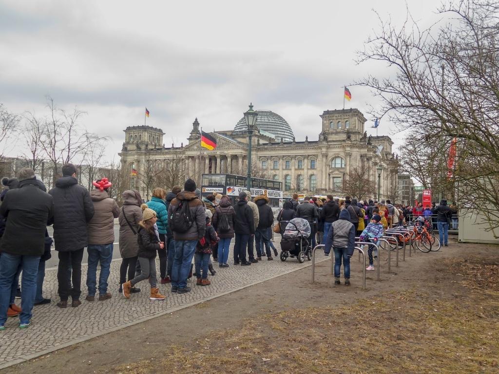 Prohlídka nám nesměla uniknout, čili první co jsme v Berlíně udělali - vystáli asi hodinovou frontu, abychom získali termín na další den odpoledne. S sebou nutno mít doklady totožnosti všech zúčastěných osob.