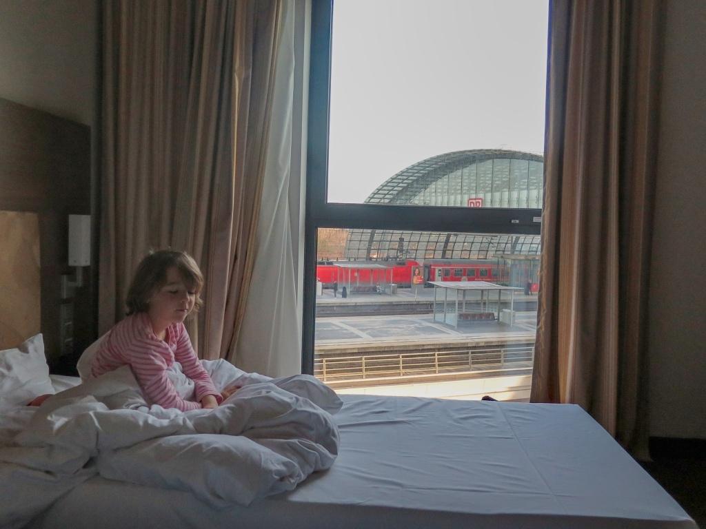 A pak jsme se šli ubytovat a užít si hotel. Nebylo to daleko a výhled jsme měli celkem exkluzivní, přímo na koleje :-)