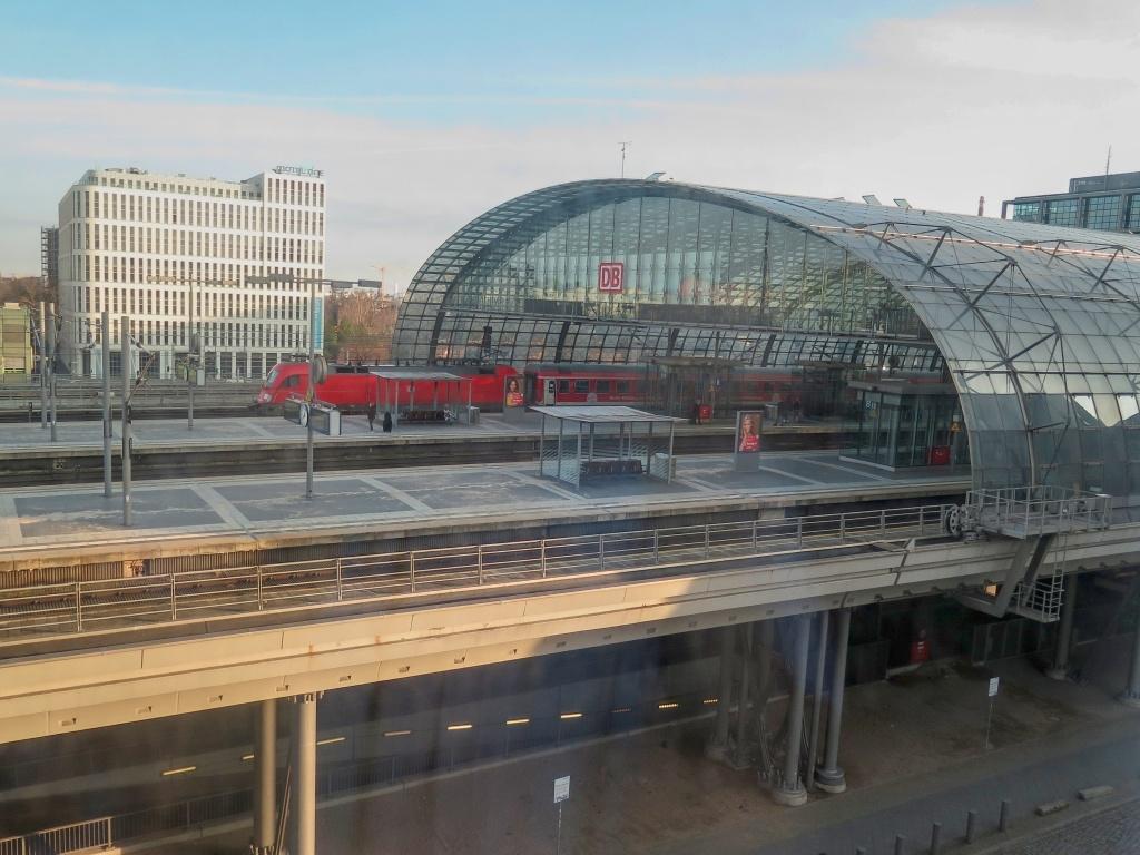 Ráno se Šárka vzbudila a koukla ven z okna. Zhodnotila situaci a znalecky pronesla: Hele, támhle stojí pán s červenýma Ortliebama. A pak přijel vlak, a pána naložil...