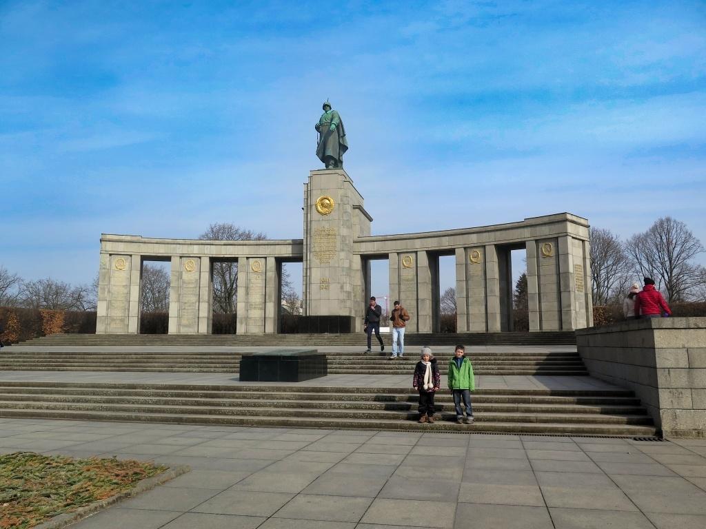 Na prohlídku města tedy míříme každý zvlášť. Objevili jsme zajímavý památník z roku 1945 postavený na počest vojáků Rudé armády zabitých během druhé světové války.
