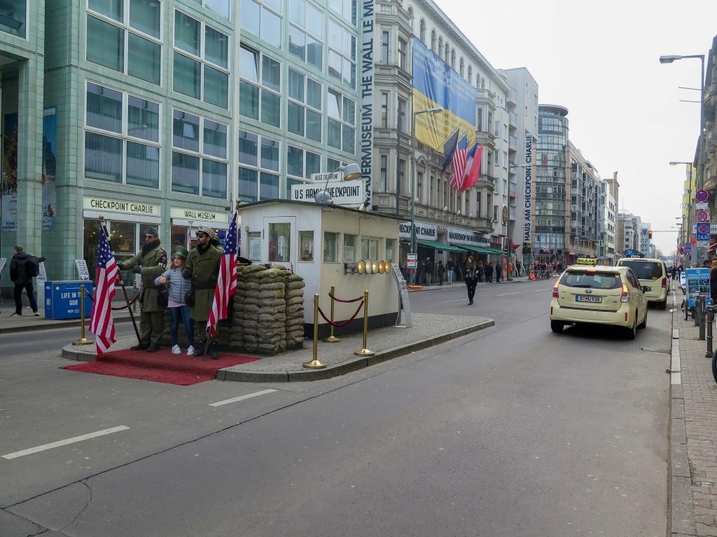 Checkpoint Charlie - bývalý hraniční přechod do Západního Berlína byl asi ten nejznámější. Znovupostaven v roce 2000 podle dobových fotografií. Dneska se tady můžete s vojáky vyfotit za 3 eura a za další euro vám dají razítko.