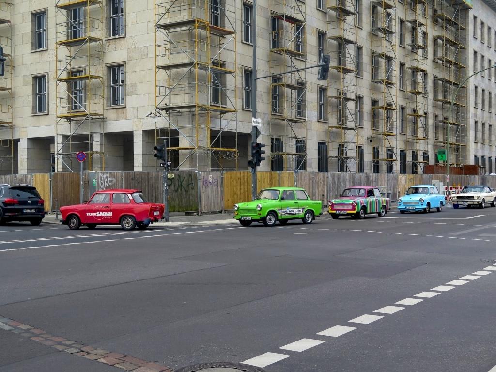 Lze absolvovat i spanilou jízdu trabantem po městě (my jsme šli raději pěšky), ačkolik jiná auta musejí mít známku splňující limity...