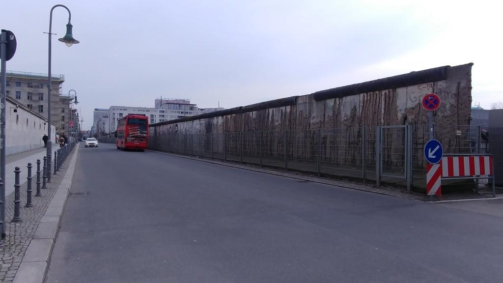 Nedaleko se nachází i poměrně velký zbytek Berlínské zdi