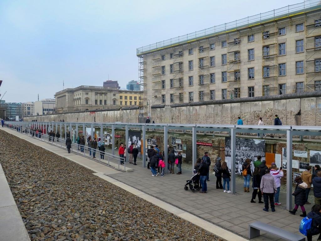 Z druhé strany je zeď opatřená historickými fotografiemi, je zde i volně přístupné muzeum