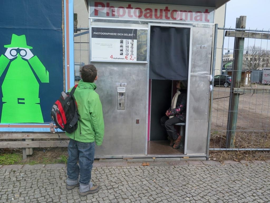 Po Berlíně je rozeseto spousta automatů na staré fotky - pokud máte rádi nostalgické časy, stačí vlézt dovnitř, zaplatit pár euro...
