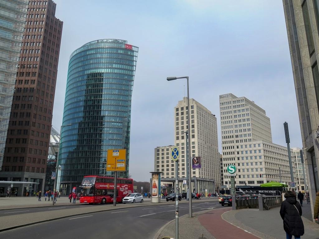 Postupimské náměstí lemují moderní budovy