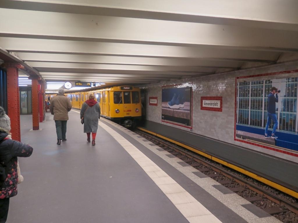 Když přijelo, nevěřila jsem svým očím :-) Připadala jsem si jak ve vláčku pro děti - tohle metro je snad ještě to původní Hitlerovo.
