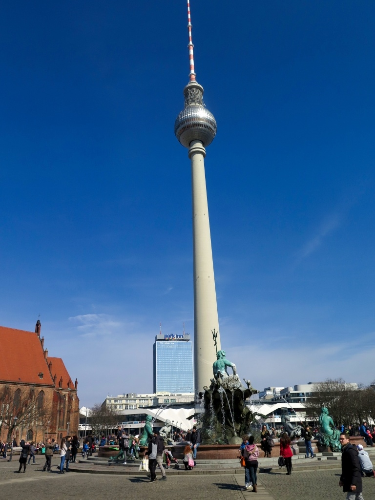 Vystupujeme na Alexanderplatze. Fronta na věž byla na 4 hodiny a příplatek za přednostní rezervaci přes internet se mi už nějak nechtělo platit.