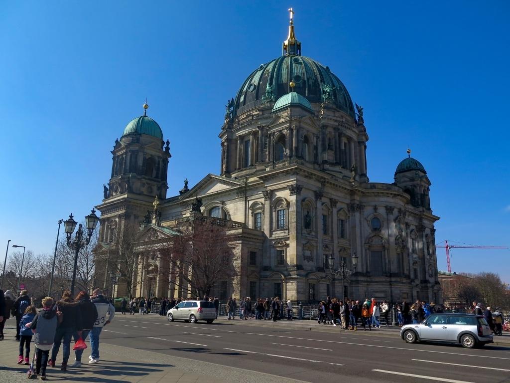 Berlínský dóm stojí opodál