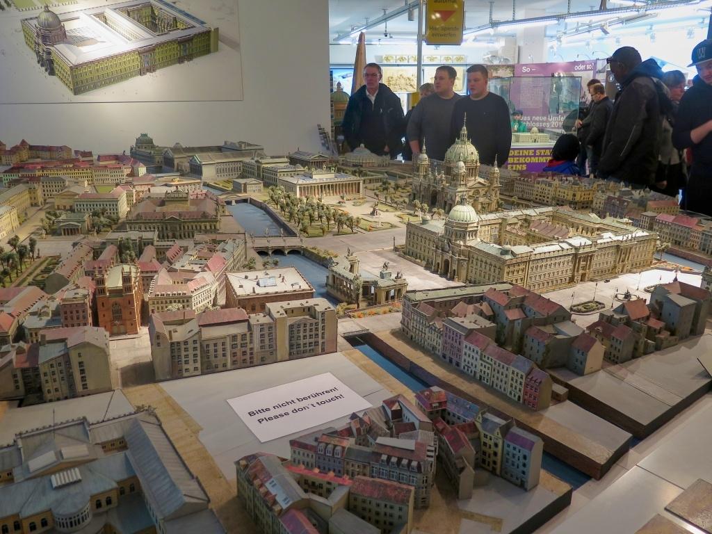 A hned naproti (v Humboldtově boxu) je možno shlédnout plastický model Berlína. Na něm je již zakreslený plánovaný znovupostavený zámek, který je dnes úplně zbouraný a jehož výstavbu provází mnoho otazníků stran smyslu celé stavby.