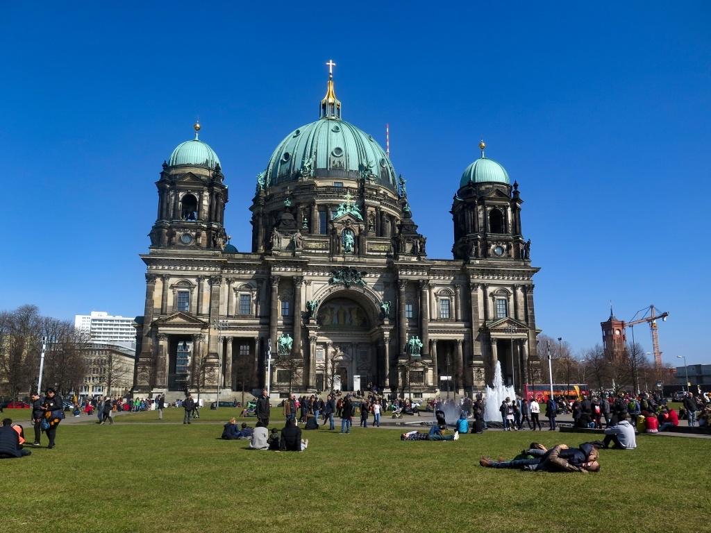 Odpoledne se udělalo hezky a lidi se vyvalili v parku před katedrálou