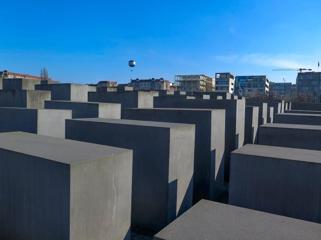 Na obrovské ploše je umístěno 2711 betonových kvádrů a když jsem se pídila po významu, jediné co jsem se dočetla, že by měl památník z výšky připomínat vlny beznaděje či historií zmítaný židovský národ.