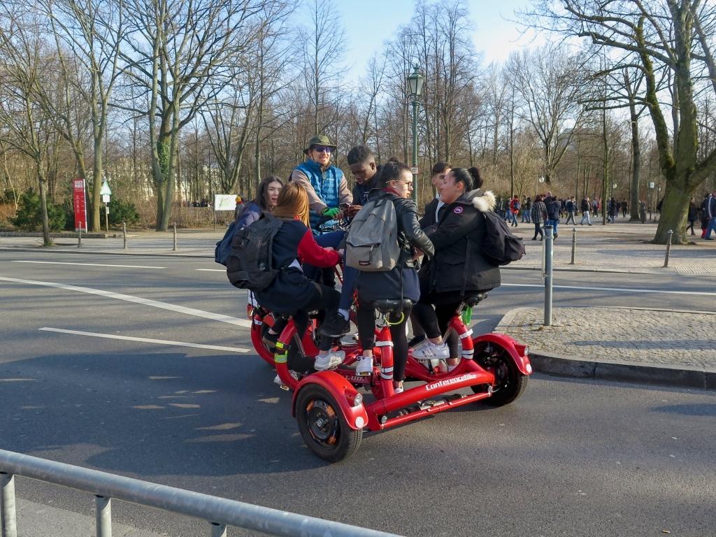 Berlín je město kol a taky tam můžete spatřit tohle pedálami ovládané vozítko.