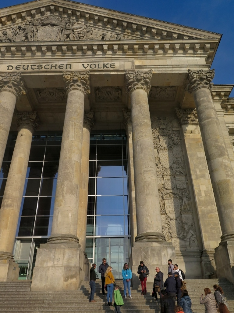 Ale nás čeká Reichstag a prohlídka naplánovaná na 17 hodin. Prošli jsme náročným bezpečnostním prověřením, včetně rentgenu věcí a bund...