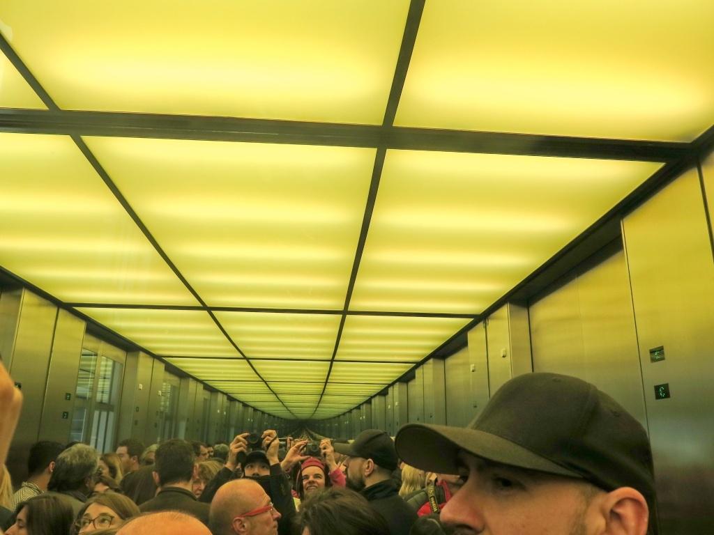 ... a potom výtahem s výhledem do nekonečna vyjíždíme na střechu budovy.