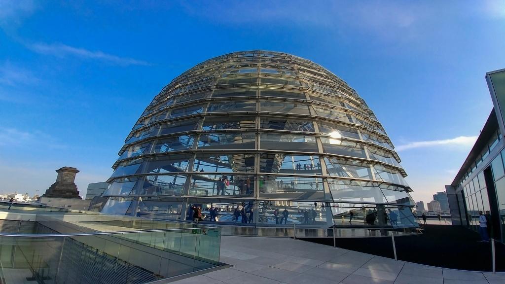 Kupole na střeše je vskutku originální stavbou a její návštěva patřila k asi nejhezčímu zážitku z Berlína.