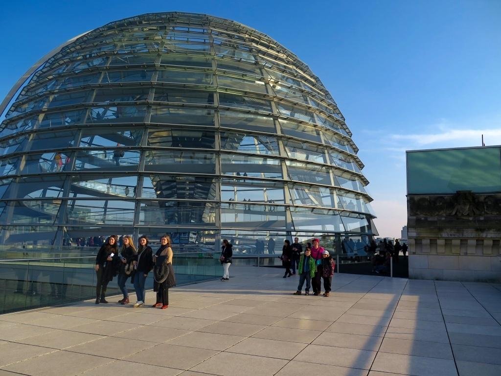 Skleněná kupole měří v průměru 38 metrů, dosahuje výšky 23,5 metru a váží 1200 tun