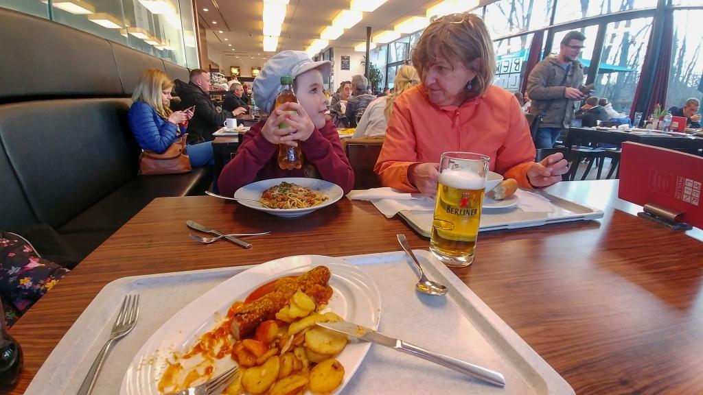 Co by to bylo za návštěvu Německa, resp. Berlína, bez tradičního currywurstu, a když už tady nemáme tatínka s sebou, musím místní pivko ochutnat sama.