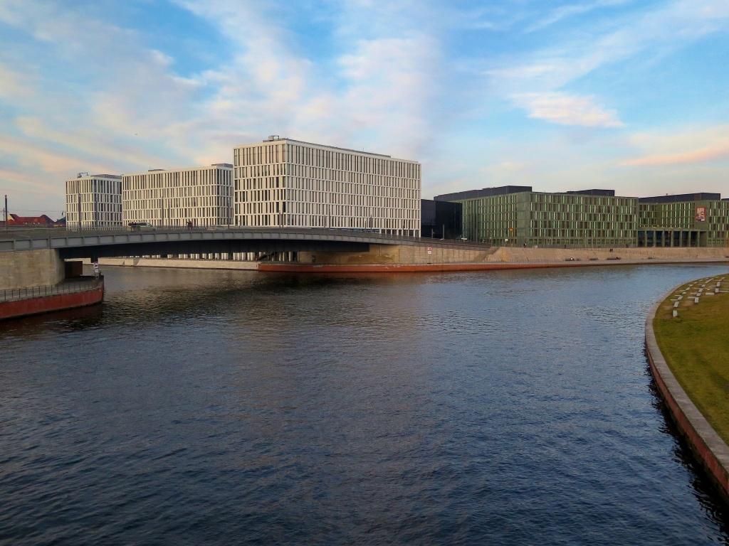 Nábřeží Sprévy lemují moderní stavby a další se staví.