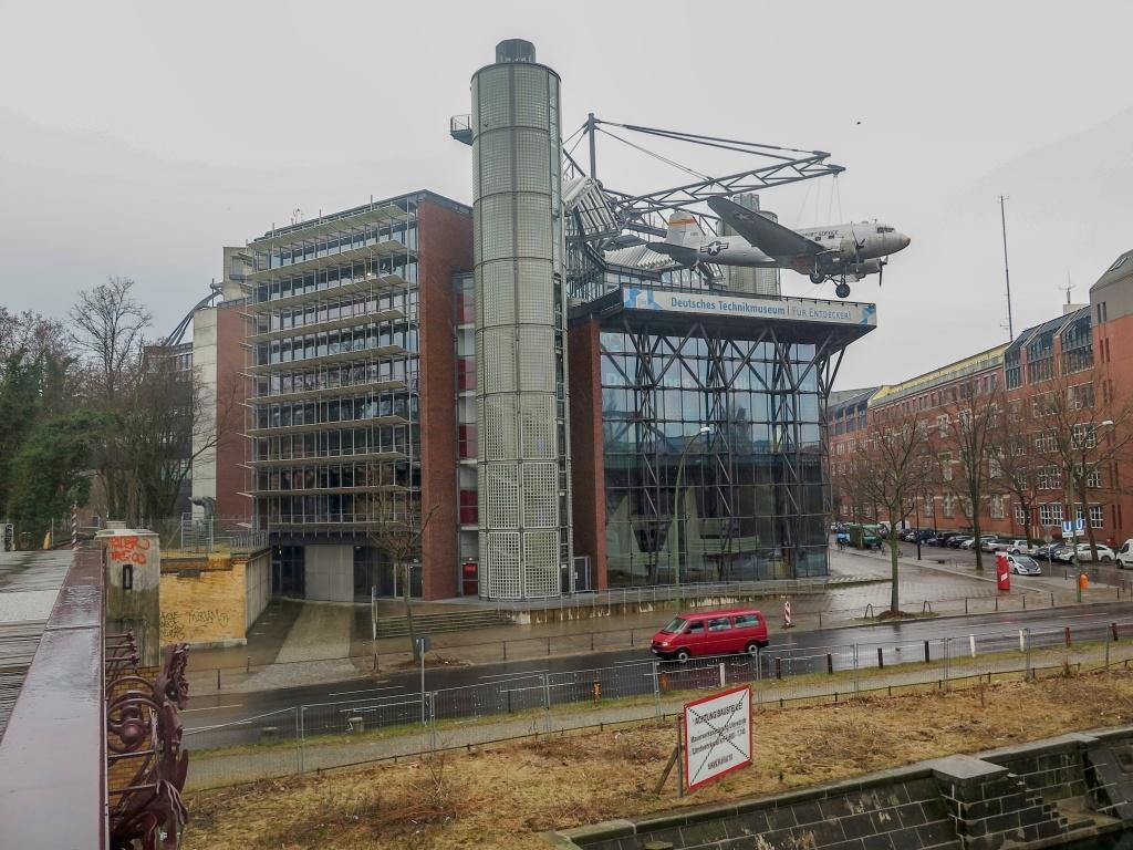 Další den prší (dle předpokladu), takže jsme ze široké nabídky vybrali Technické muzeum, které by mohlo zajímat děti.
