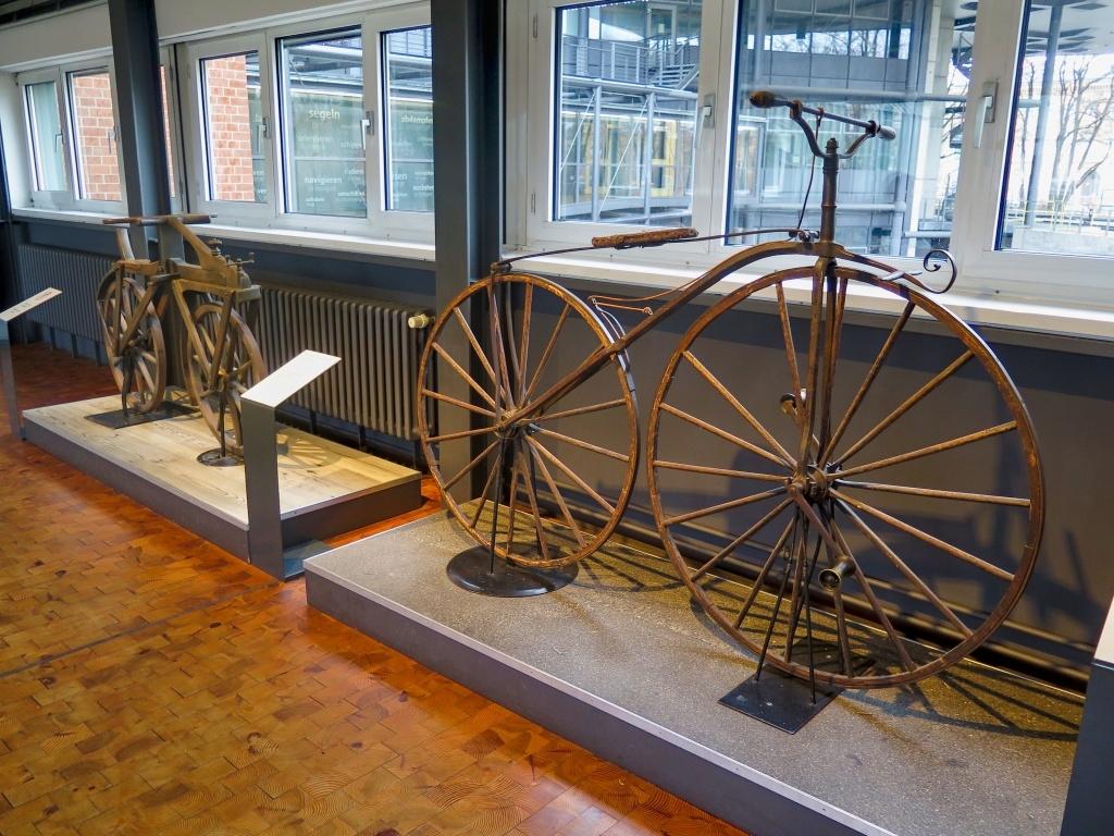 V muzeu bylo spoustu expozic, začali jsme stylově, historickými jízdními koly :-)
