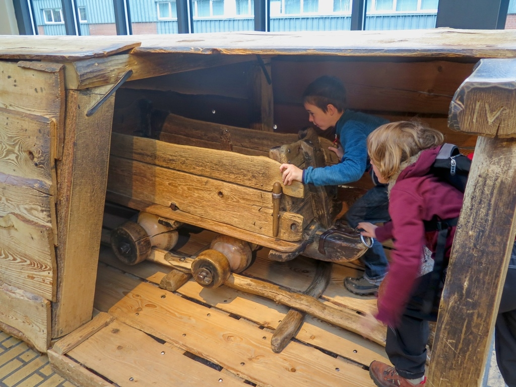A pokračovali kolejovou dopravou, kde si děti vyzkoušely, jaké to bylo tahat důlní vozíky