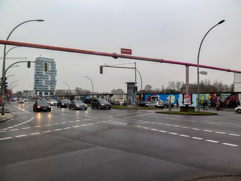 ... jsme se po obědě přesunuli na Ostbahnhof (kde jsou mimochodem ta odvodnovací potrubí vyvedená v růžové :-)  ...