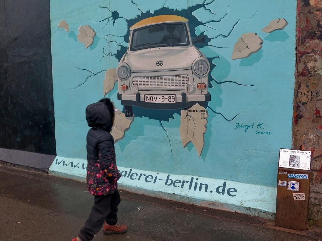 Motivy jsou víceméně na téma politiky a svobody... Např. tento trabant projíždějící Berlínskou zdí...
