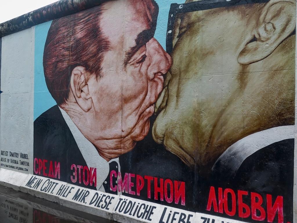 Nebo tenhle známý obrázek líbajícího se Ericha Honeckera s Leonidem Brežněvem