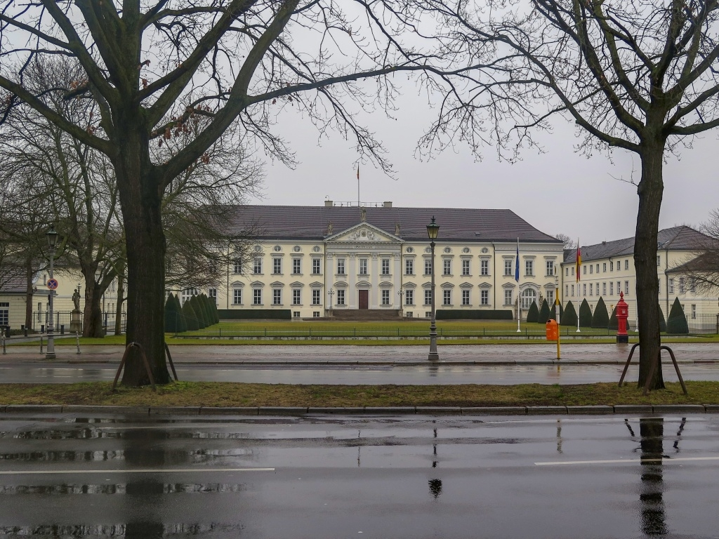 A asi poslední památka, palác Bellevue jen zvenčí.