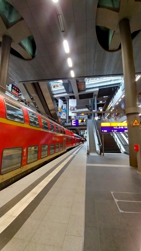A v neděli ráno po snídani (v hotelu už byla velikonočně laděná, včetně barvených vajíček) ráno v 9:17 nasedáme na vlak a frčíme zpět do Prahy a do Těchonína. Výlet byl parádní.