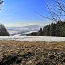 Trochu jme se stočili a krásně vidíme údolí Moravy s Hanušovickou vrchovinou a vrchem Jeřáb. Tam, kde svítí slunce, krajina připomíná předjaří...