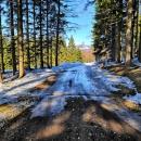 Tady to na lyžích fakt nejde, tak je asi na 1 km sundáváme.