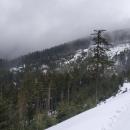 Už jsme 1050 metrů vysoko, už toho moc nechybí... když tu se hory znovu zahalily do mraků a opět začalo lejt. Střecha za 7 kilometrů!