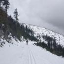 Skály podél cesty dodávají trase vysokohorský ráz